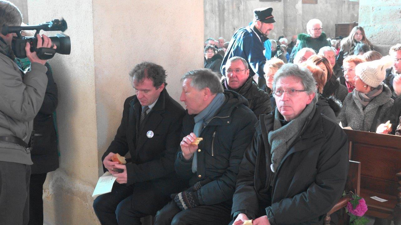 Un morceau de brioche pour caler un p'tit creux. De gauche à droite : Maxime Toubart, Jacques Krabal et Daniel Girardin.