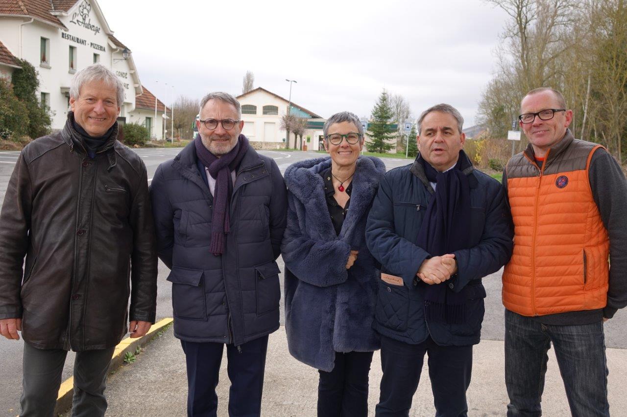 De gauche à droite : Éric Assier, Dominique Moyse, Mylène Lefèbvre, commerçante et candidate sur la liste S'investir pour Condé-en-Brie, Xavier Bertrand et Georges Lefebvre, gérant de la supérette 8 à Huit.
