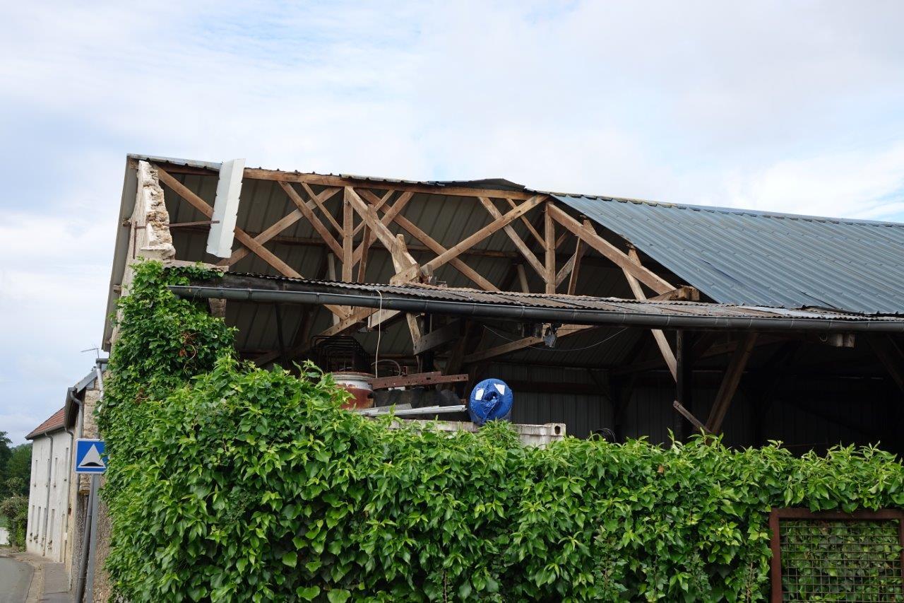 Au coeur du bourg de Celles-lès-Condé, la tornade a soufflé une partie de cet hangar.