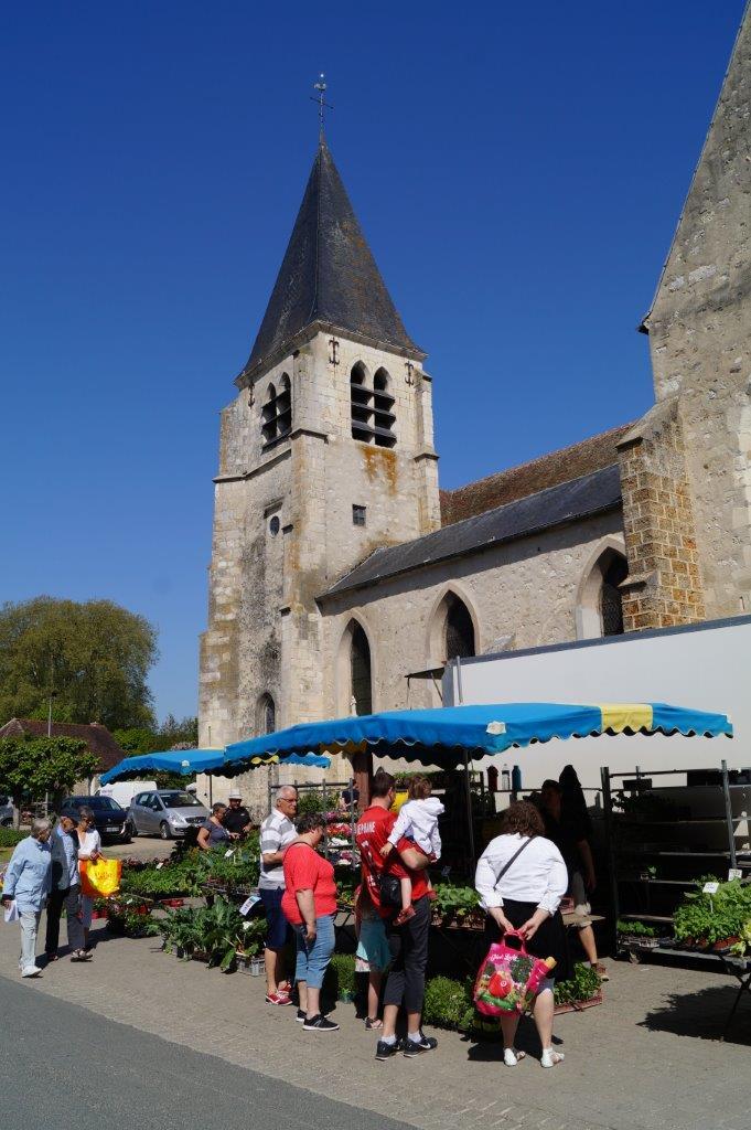 Chaque année à cette époque, la place de l'église Saint-Rémi à Condé-en-Brie est joliment colorée.