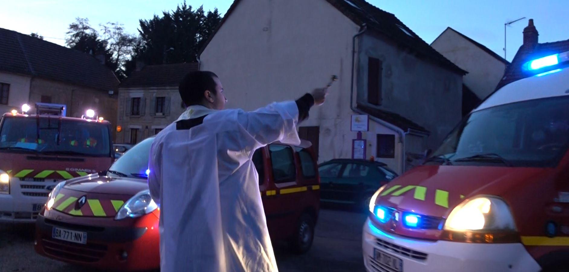 Les pompiers partis en intervention sont revenus quelques secondes avant la bénédiction des véhicules par le vicaire Jean-Christophe Bonnemain.