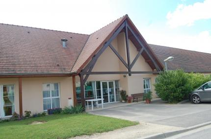La maison de retraite se situe dans un petit lotissement à la sortie du bourg.