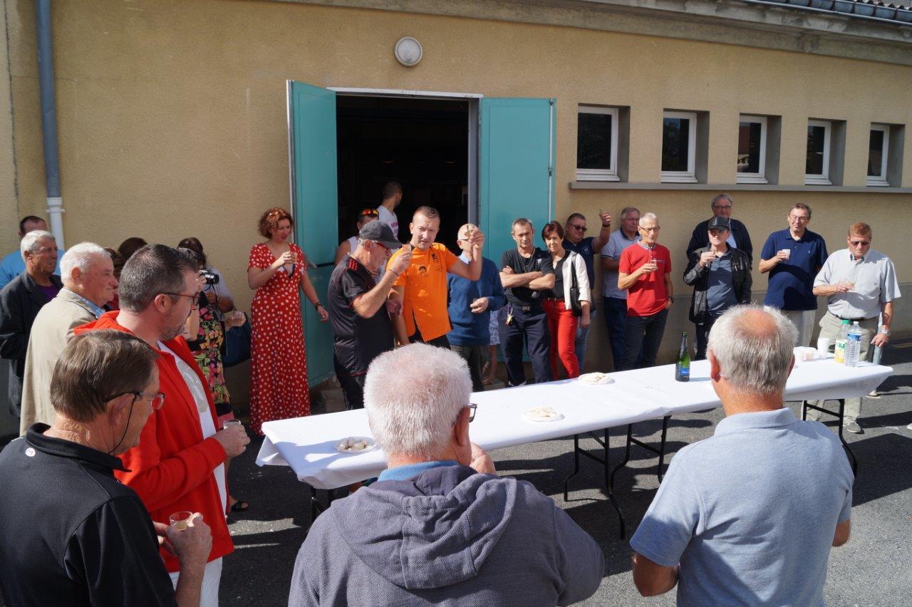 Aux douze coups de midi, les bénévoles des associations lèvent le verre de l'amitié offert par la municipalité.