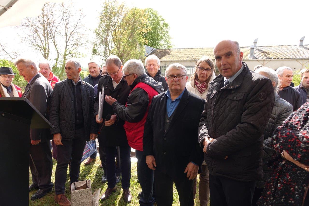 Au premier plan de gauche à droite : Alain Mauroy, maire de Dhuys-et-Morin-en-Brie dans le département de l'Aisne et Etienne Dhuicq, maire de Montmirail.