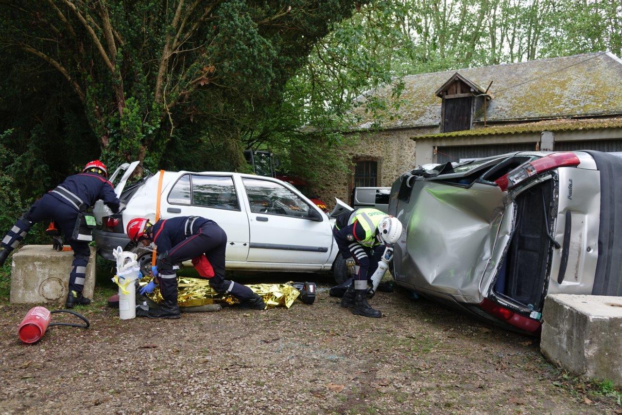 Les Tôliers 51, des sapeurs-pompiers issus de plusieurs centres de secours de la Marne et spécialisés dans le secours routier, proposent une démonstration dynamique au public...