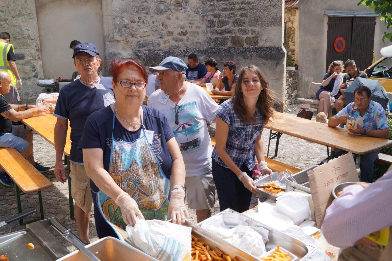 En ce beau dimanche d'été, les bénévoles de l'association tréloupienne ont la frite.