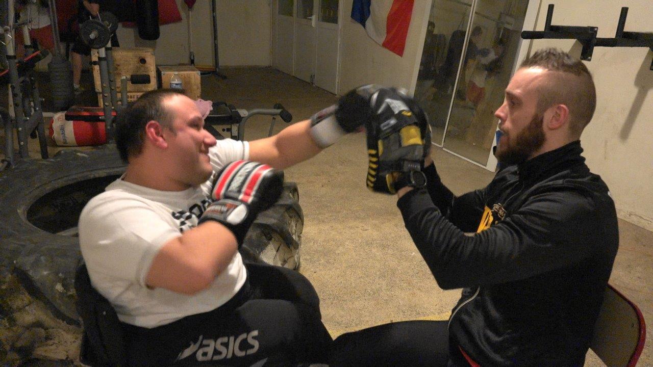 Face à Jérôme Delparte, l'entraîneur du Battle Club Vierzy, Gégory Forest apprend les premiers gestes de la boxe anglaise.