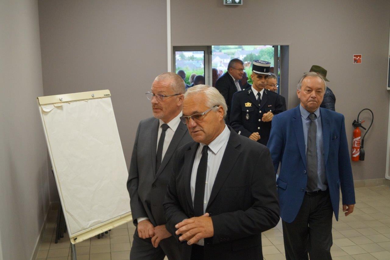 Didier Dépit accompagné d'Eric Girardin, Patrice Valentin et du lieutenant Hachemi Anneg présente les aménagements de la salle de Gomer.