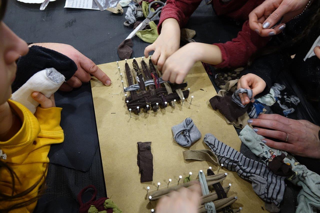 L'atelier de tawashi, éponge zéro déchet fabriquée avec des chaussettes de récup, a connu un vif succès auprès des petits et des grands.