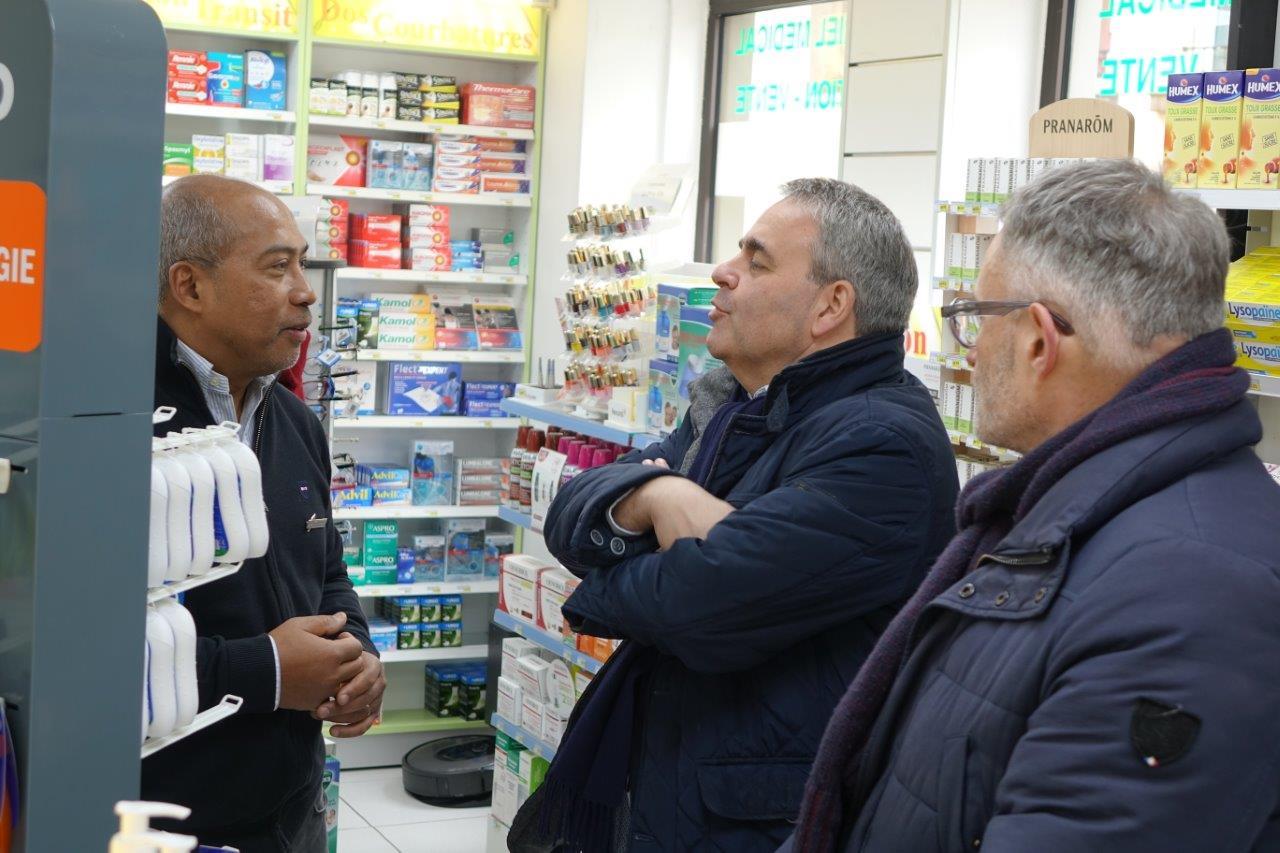 À la pharmacie Ramanitra, Xavier Bertrand s'est inquiété de l'approvisionnement en masques. La pharmacie va recevoir 10 paquets de 50 masques à l'attention des professionnels de santé libéraux.