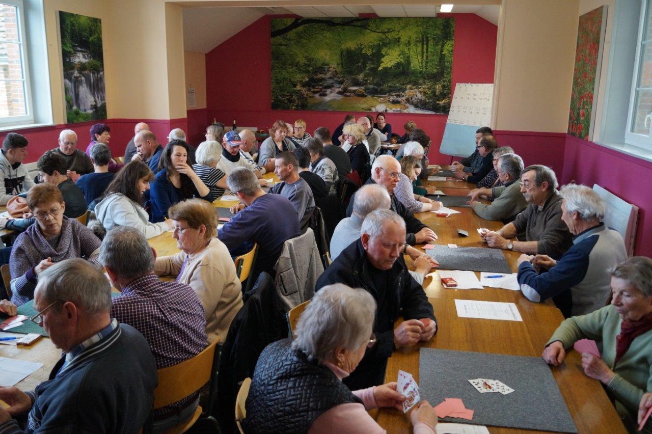 La salle communale est comble en ce dimanche après-midi venteux.