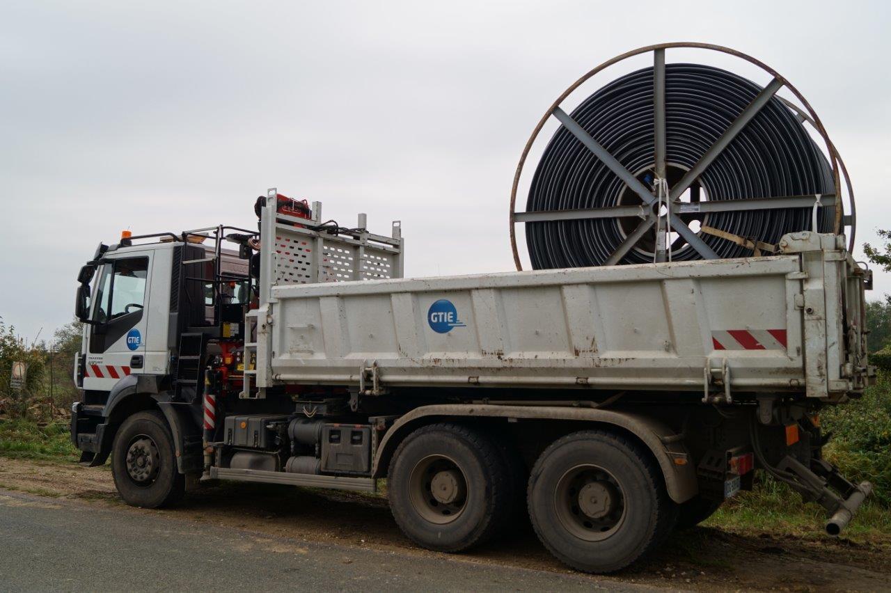 Un véhicule de l'entreprise GTIE assure le transport des tourets de fibre optique. 1 touret = 1 600m de fibre optique.
