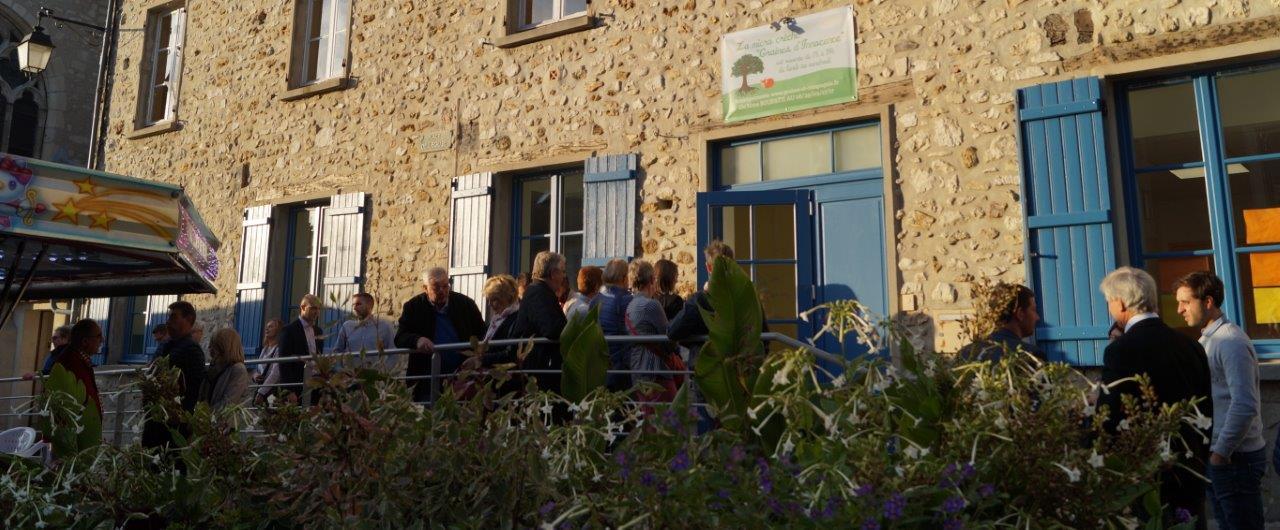 A Condé-en-Brie, élus et acteurs du territoire se bousculent à l'entrée de la micro-crèche Graines d'innocence.