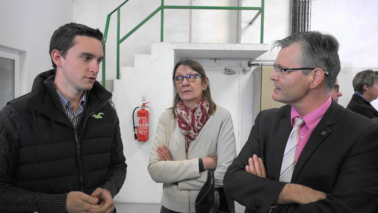 Au pressoir Esterlin de La Chapelle-Monthodon, le président Benoît Roulot évoque avec le sous-préfet la renaissance de la section viticole locale.