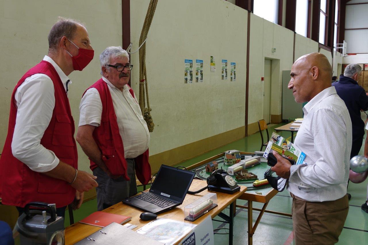 ... et le directeur des Sports de l'Agglo de Château-Thierry Lahcen Miri, se sont entretenus avec les bénévoles des associations présentes.