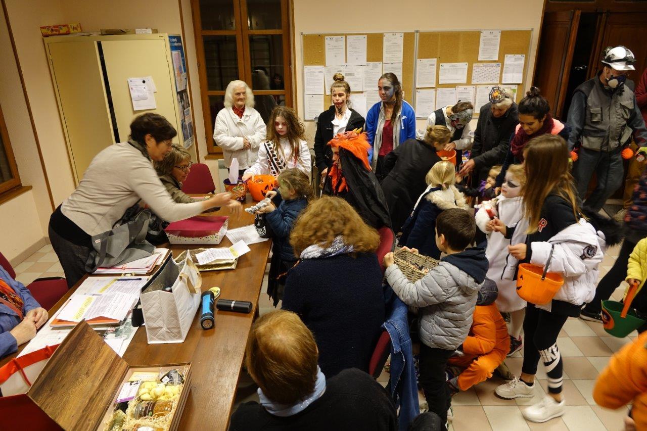 Ah les monstres ! Ces derniers ont investi la mairie lors d'une réunion préparatoire à la fête de Noël. La maire déléguée Jacqueline Picart avait tout prévu...