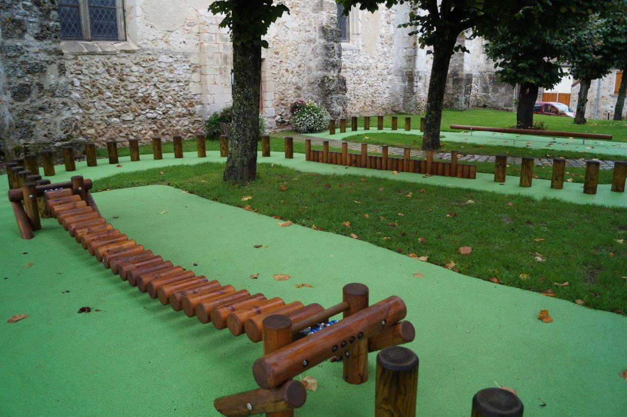 Le parcours aventures situé près de l'église est dédié aux enfants âgés de 4 à 15 ans...