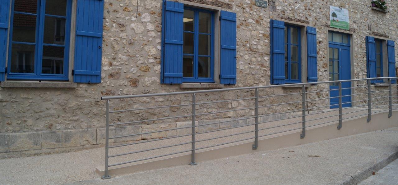 L'accès au bâtiment recevant du public se fait conformément à la Loi.