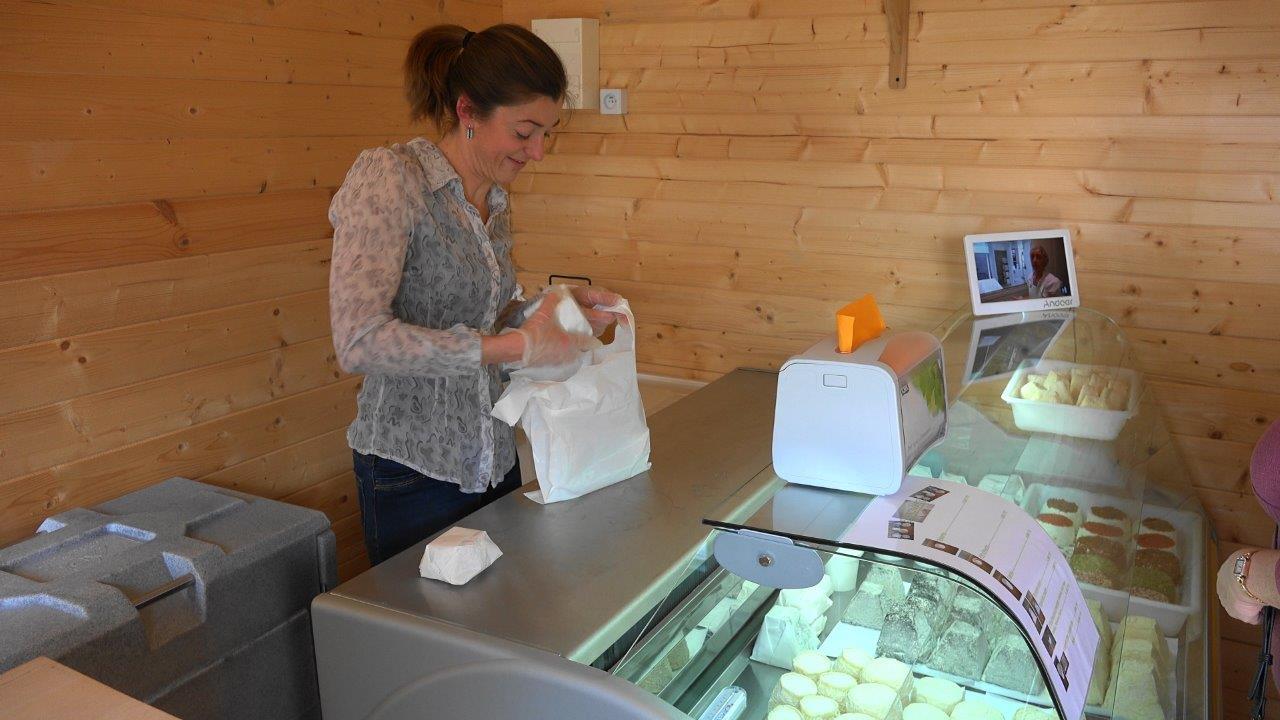 Les chèvres ayant repris leur service, Marina Toussirot retrouve sa clientèle avec le sourire.