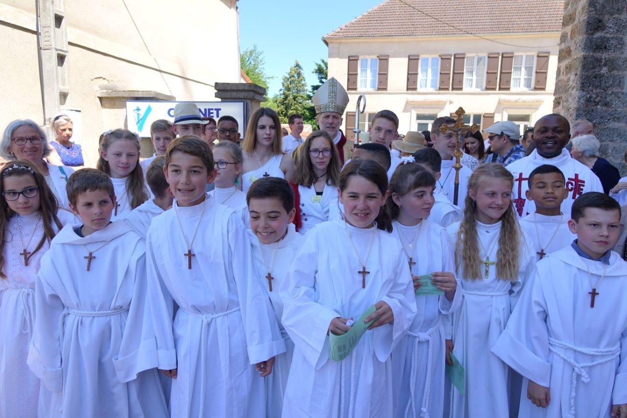 A l'issue de la cérémonie, les enfants se retrouvent pour l'incontournable photo.