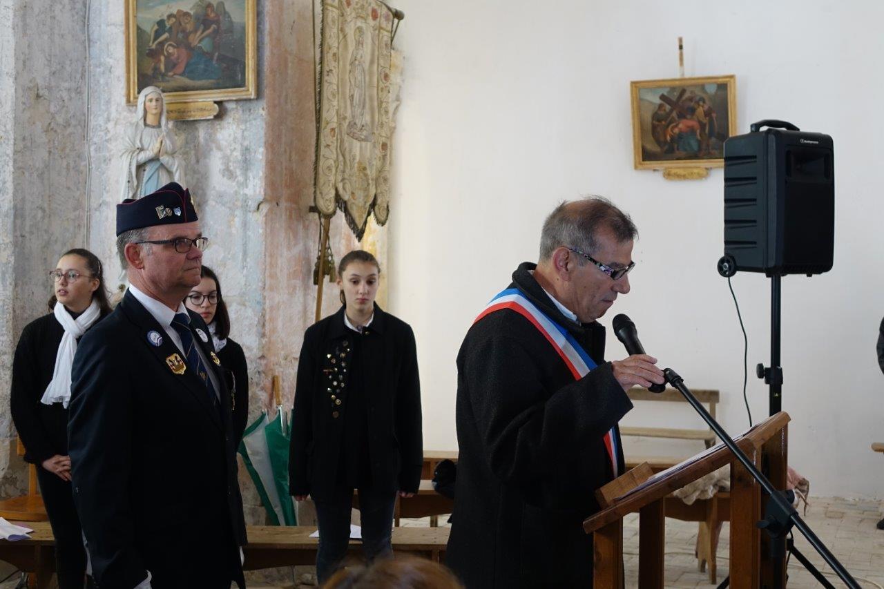 Bruno Lahouati accueille les personnalités et citoyens en l'église.