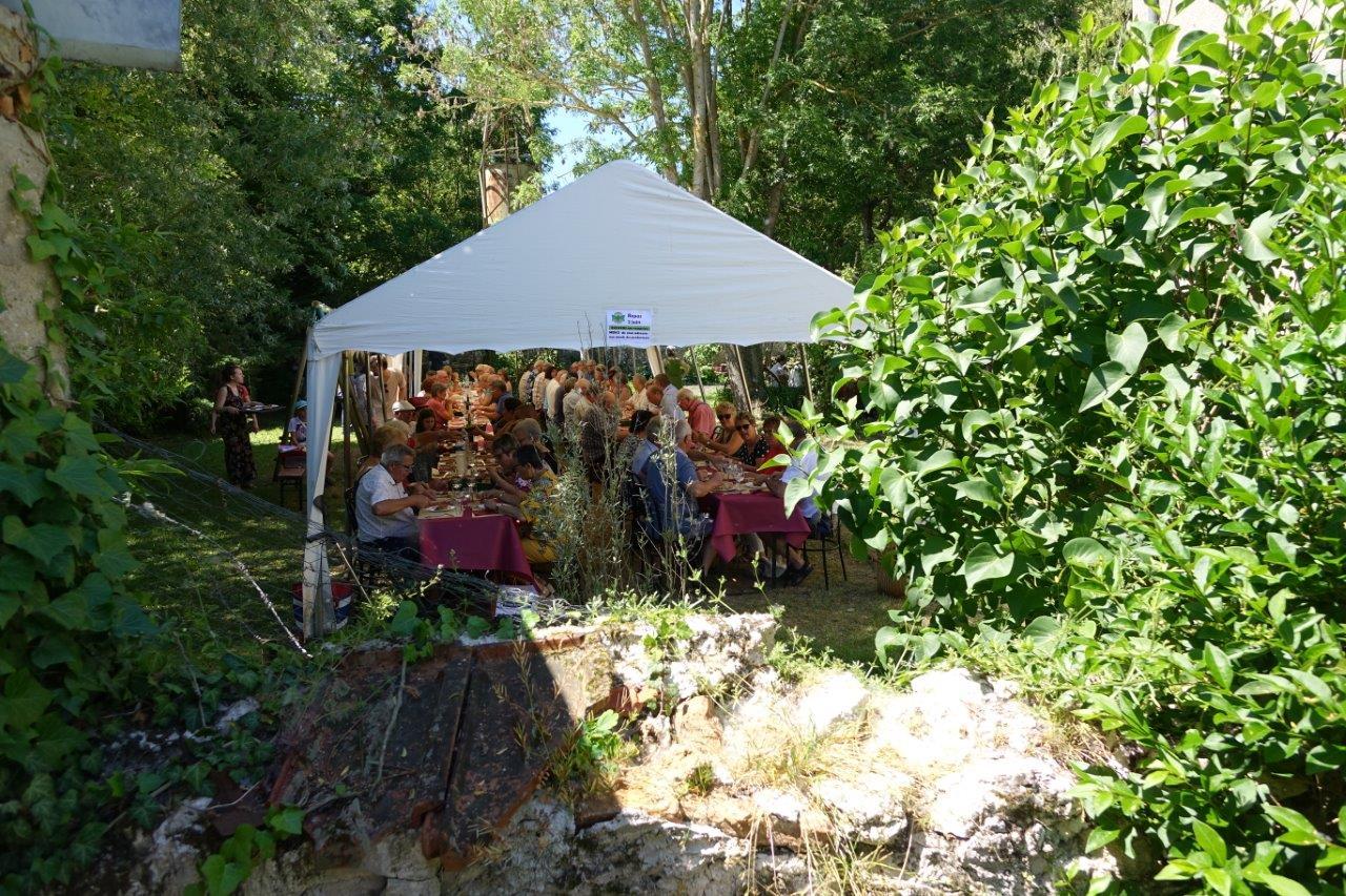 Aux Canardises des 3 Vallées, le repas champêtre du dimanche fait comme à l'habitude chapiteau comble.