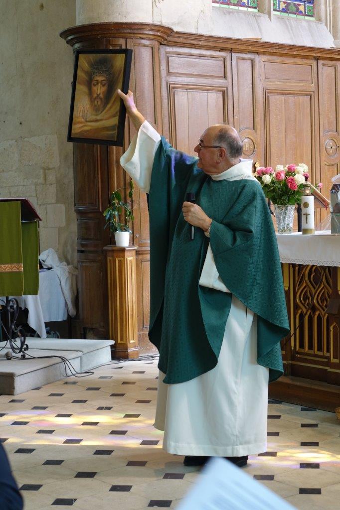 Le Christ ressucité vainqueur du mal est offert au prêtre.
