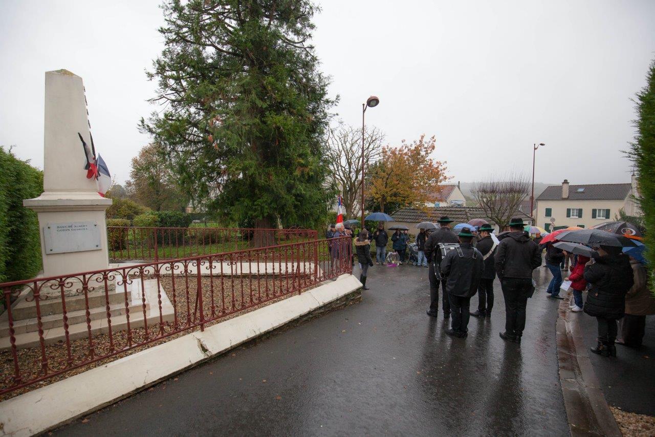 La mise en place et le déroulement de la cérémonie ont eu lieu sous une pluie continue.