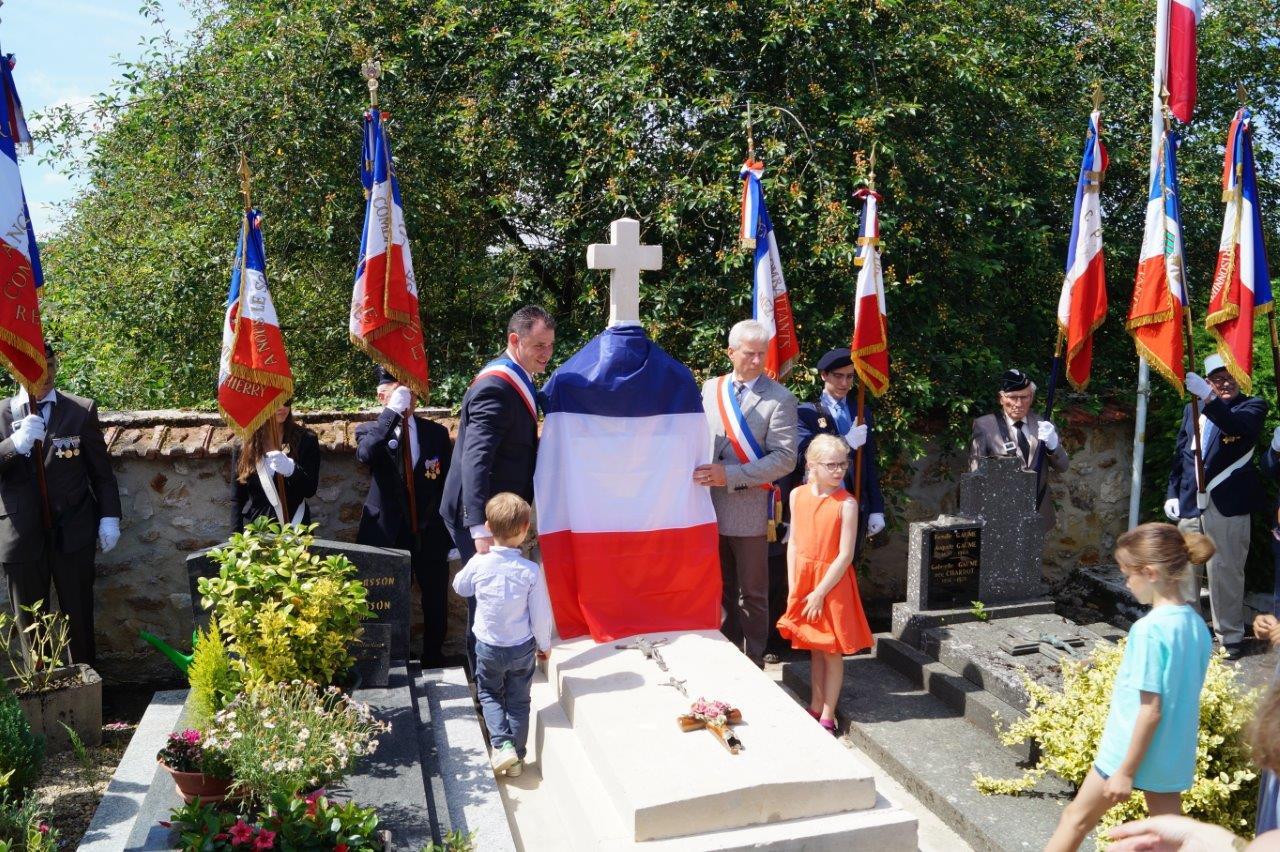 Eric Assier et Jordane Beauchard s'apprêtent à dévoiler la nouvelle plaque commémorative apposée sur la tombe de Xavier Moissinac...