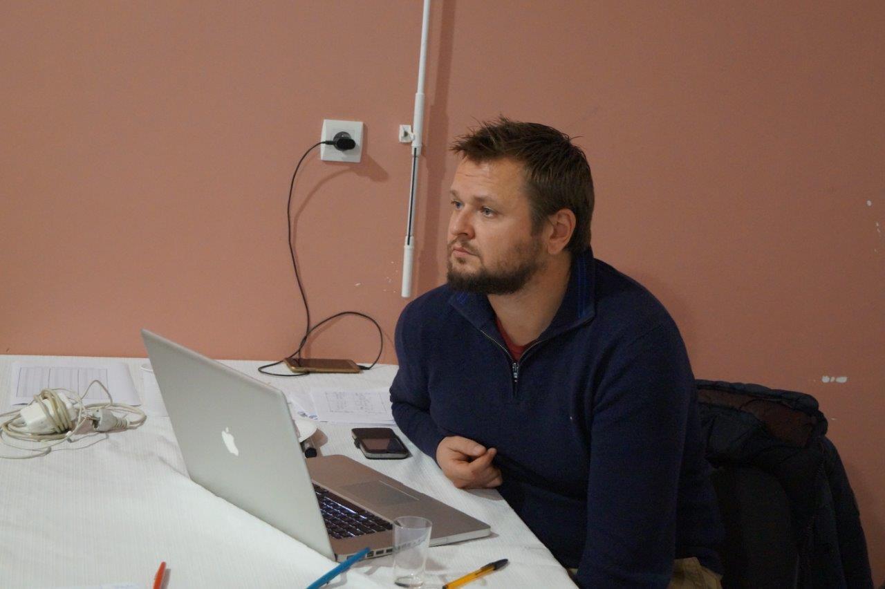 Attentif au bon déroulement du concours, le conseiller municipal Manuel Mirat enregistre les points de chaque équipe sur son ordinateur.
