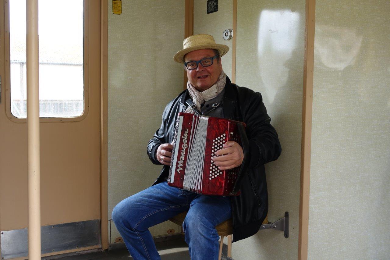 Les trajets sont effectués au son de l'accordéon.