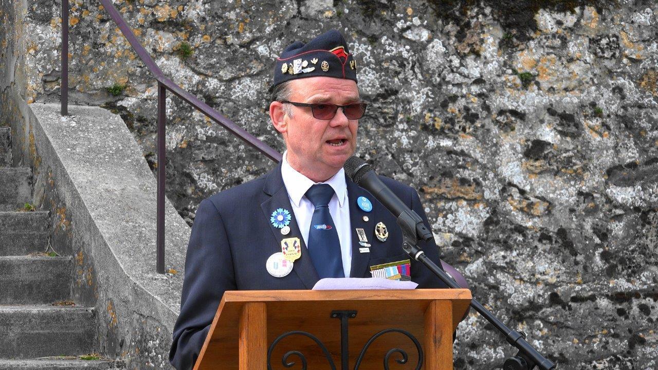Lors de la cérémonie, Marcel Dartinet, conseiller municipal à Vallées-en-Champagne, est le chef du protocole.
