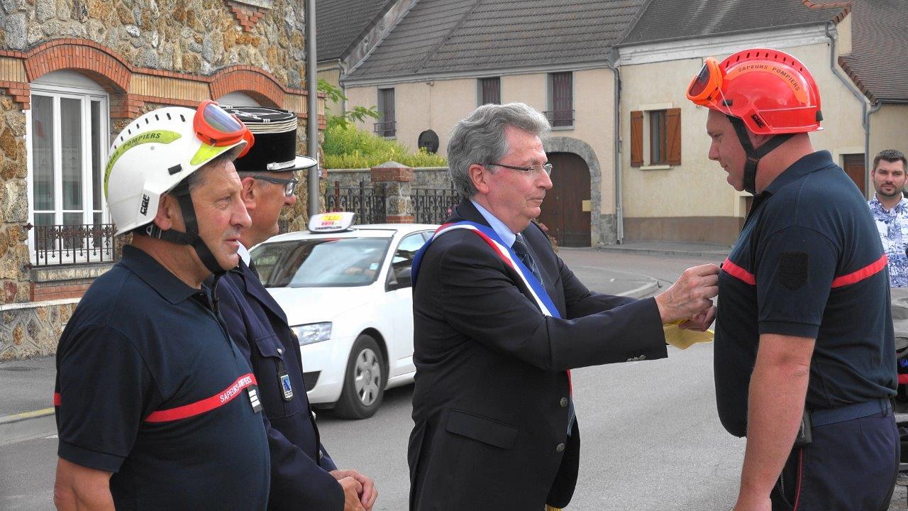 Le maire de Trélou-sur-Marne, Daniel Girardin, remet les galons de caporel-chef à Mathias Boutville.