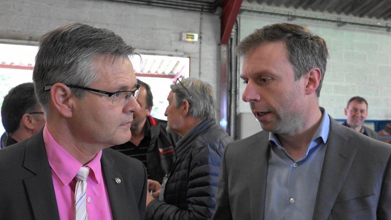 La coopérative Esterlin, réprésentée ici par son directeur général Eric Potié (à droite), a offert le verre de l'amitié.