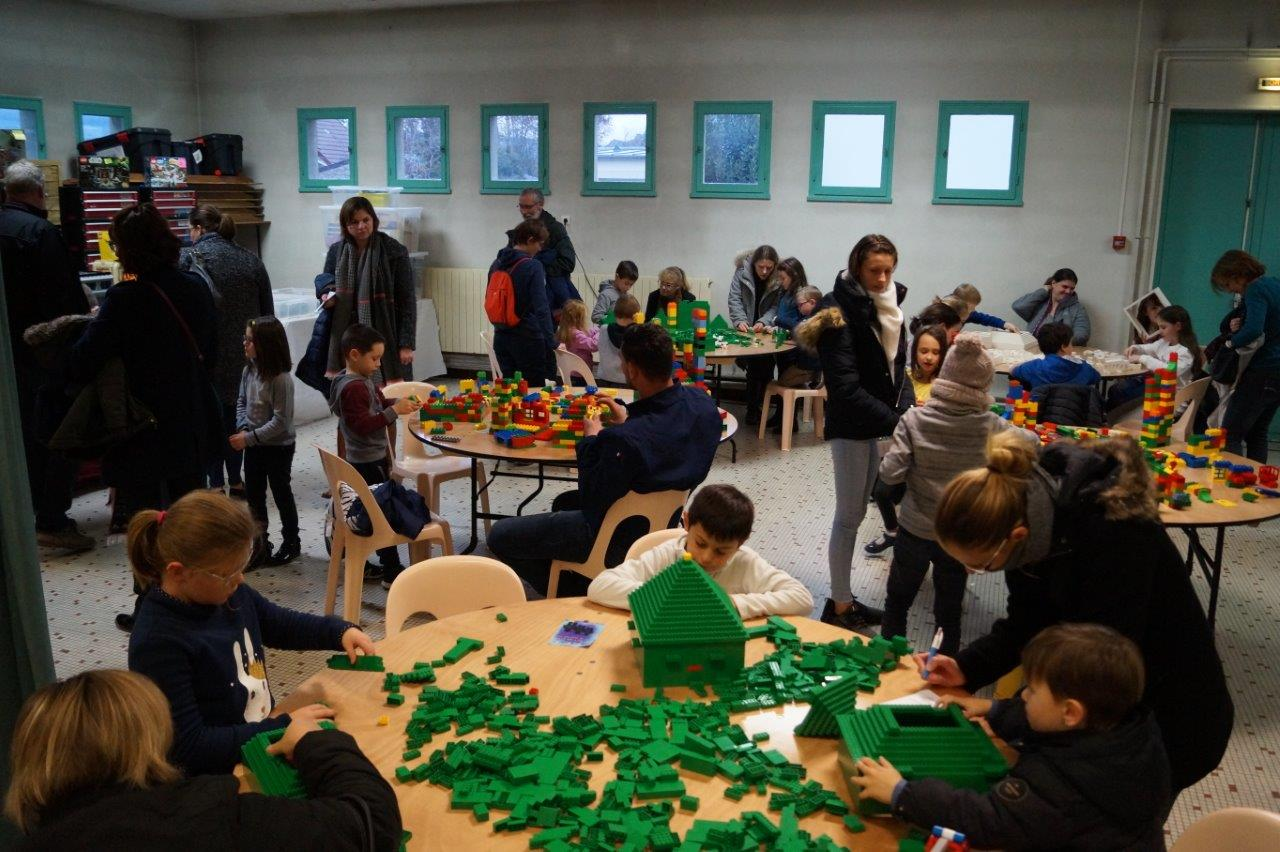 L'atelier Lego® est pris d'assaut par les petites têtes blondes.