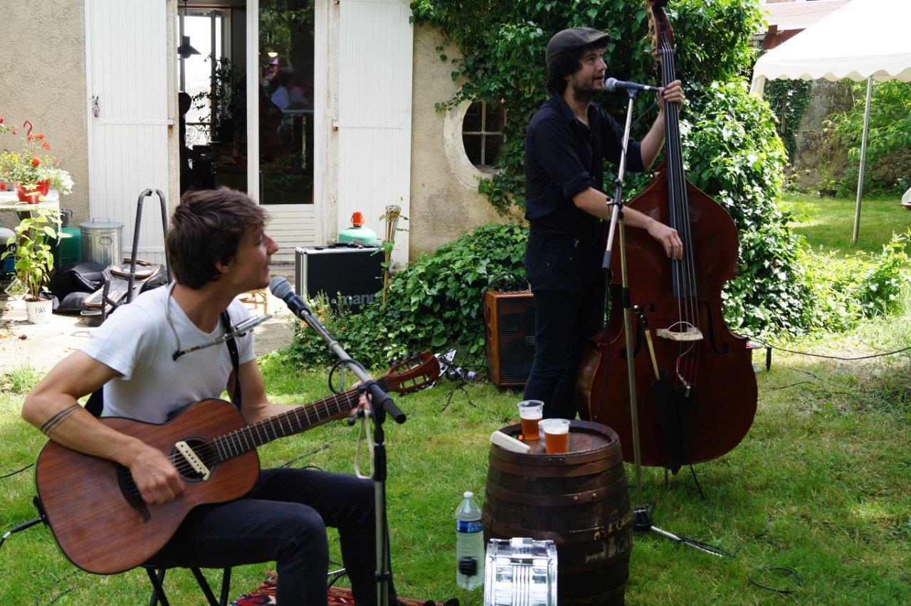 De gauche à droite : Ugo (guitare et percu) et Rafi (chant et contrebasse) forment le duo Les Fonds de Bouteilles au répertoire de reprises et compos de la rue..