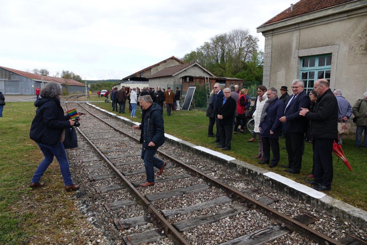 Le député Jacques Krabal ne traverse pas la rue, mais la voie, pour récupérer son téléphone portable.