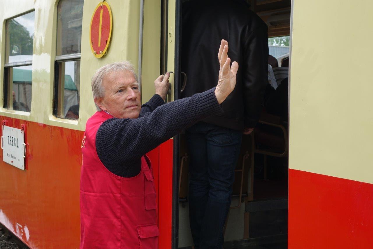 Les bénévoles de TFBCO assurent la sécurité des voyageurs avant chaque départ...