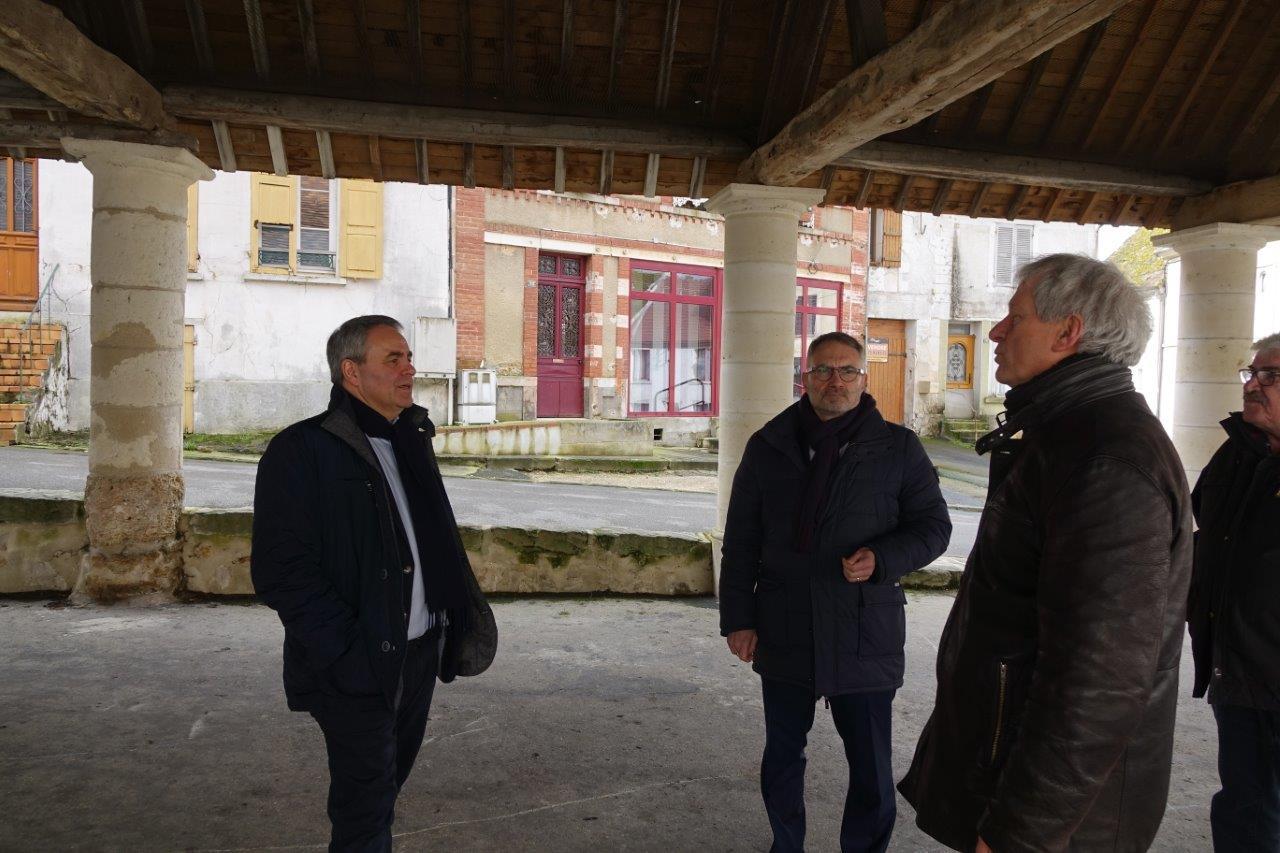 De gauche à droite : Xavier Bertrand, Dominique Moyse et Éric Assier sous les halles de Condé-en-Brie.