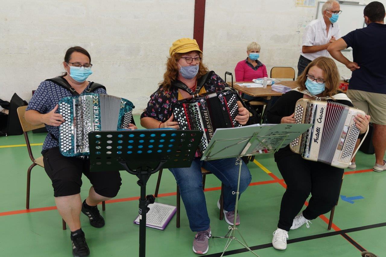 Sous la houlette de Sofi Dussart (au centre), les accordéonistes de l'École de musique ont mis le Forum en musique.