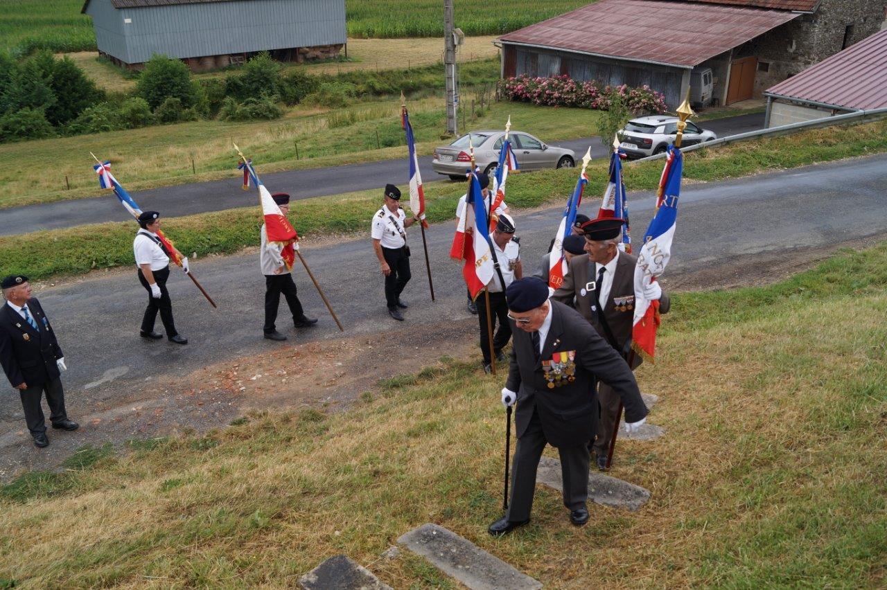 Plus question de crapahuter ! Georges Pottier, le président d'honneur de l'association nationale des porte-drapeaux anciens combattants et vétérans de France, emprunte avec ses hommes l'escalier menant au monument de La Verdure.