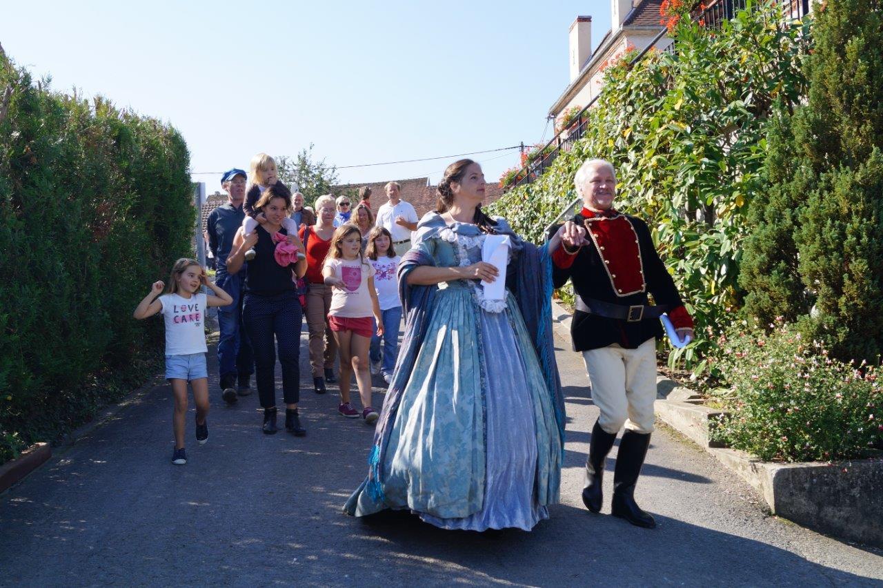 Le couple impérial descend vers les jardins de la mairie breuilloise.