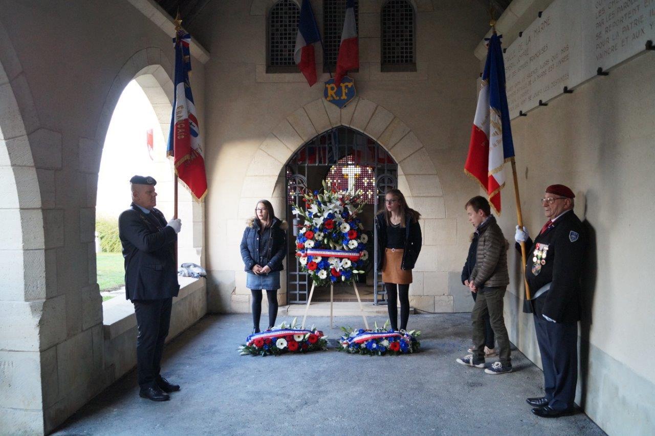 Des élèves du collège Nicolas Ledoux de Dormans accompagnent le dépot de la gerbe de fleurs offerte par le Président de la République à l'intérieur de l'ossuaire...
