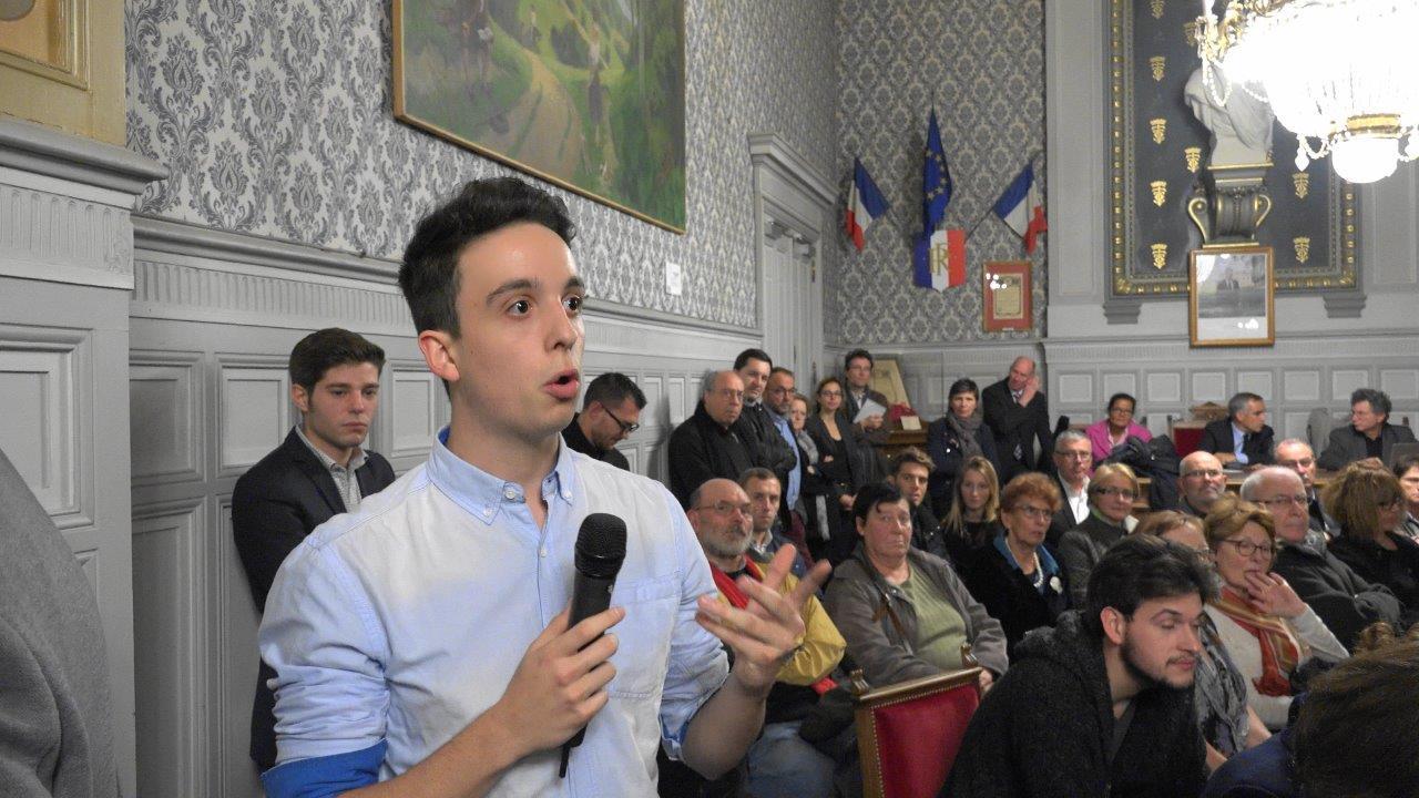 Malgré les vacances scolaires, quelques jeunes sont venus questionner Emmanuel Macron.