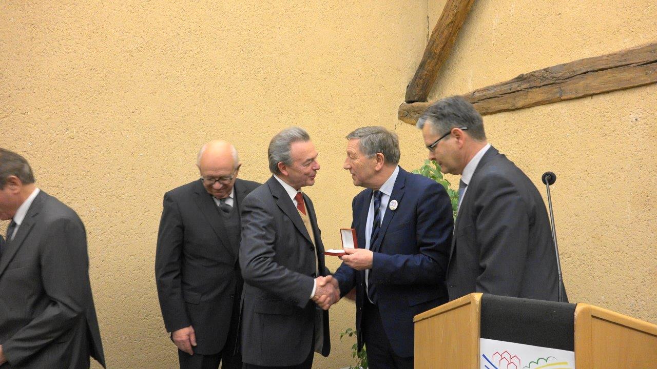 Jean-Claude Charbonnier reçoit la Médaille de l'Assemblée Nationale des mains du député Jacques Krabal.