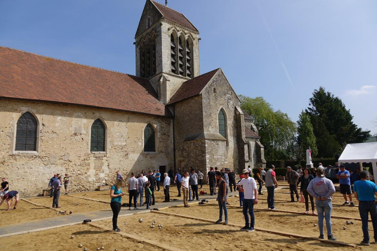La place de l'église est le théâtre d'un concours de pétanque pour la douzième année consécutive.