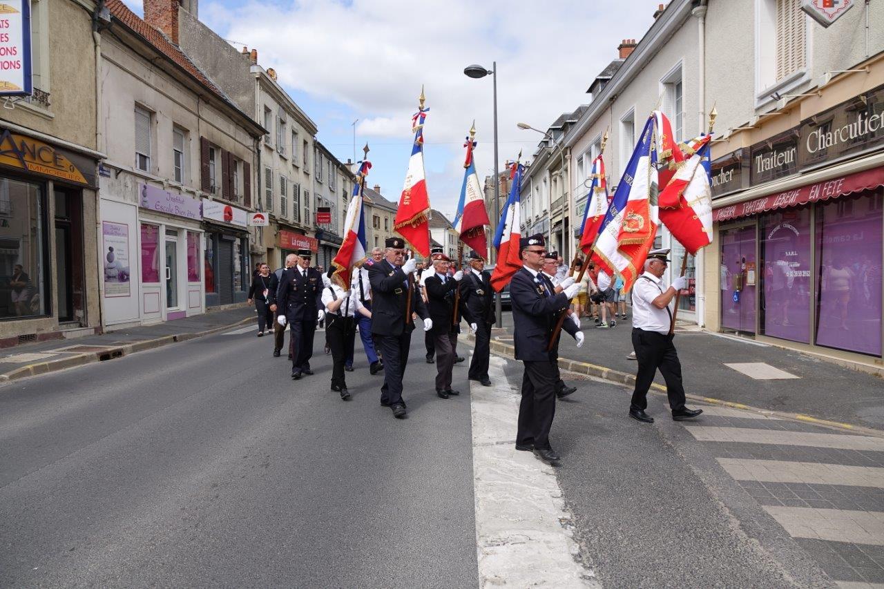 Le défilé se met en marche en direction du château de Dormans...