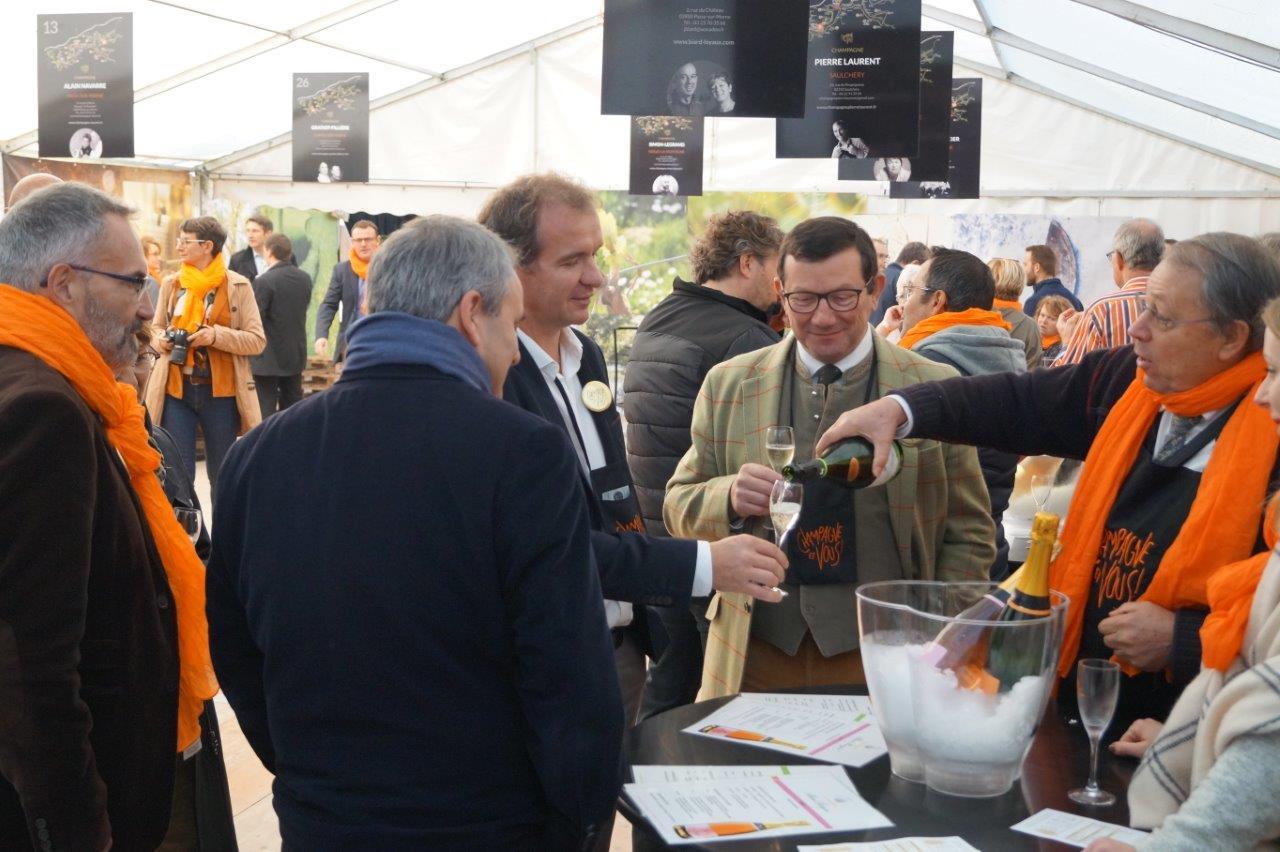 Alain Bergère, viticulteur à Mont-Saint-Père, offre une flûte de champagne à Maxime Toubart (à gauche), président du Syndicat Général des Vignerons et Olivier Devron (au centre), président du PETR-UCCSA.