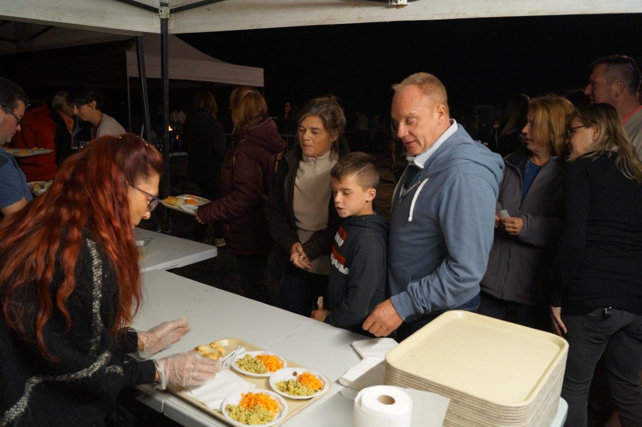 Entrée, plat chaud, fromage, dessert : les participants font la queue comme à la cantine...