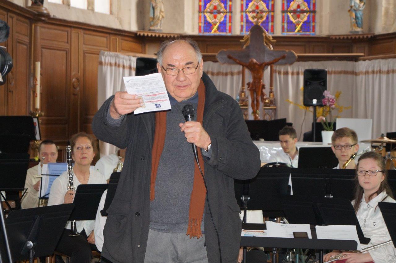 L'abbé Henri Gandon, de la paroisse Notre Dame des Trois Vallées, accueille le public en l'église Saint-Rémi de Condé-en-Brie.